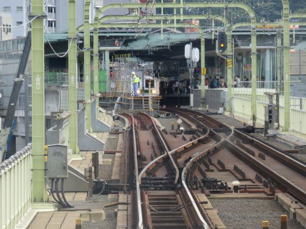 下り和泉多摩川→登戸の前面展望。多摩川橋梁上の下り緩行線の軌道は敷設済みとなっており、急行線合流部から先は「安全側線」として機能している。