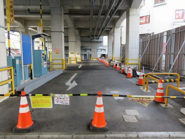 登戸駅小田原寄りの高架下の駐車場は、高架橋拡幅工事着手のため5月15日から立入禁止となった。