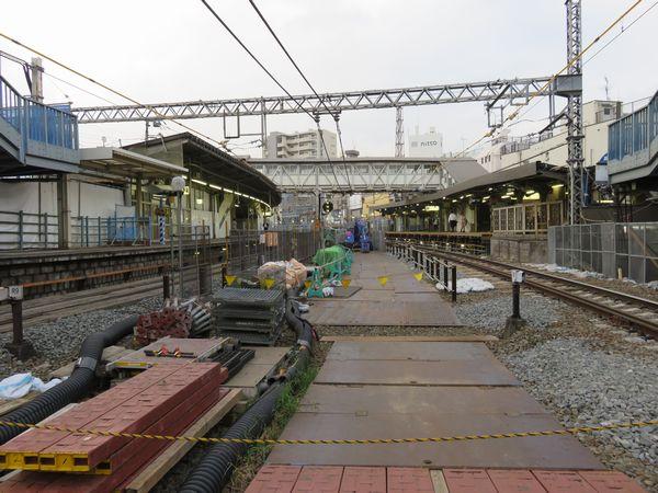 10両化工事が開始された代々木八幡駅。上下線の間に重機や資材が大量に置かれている。