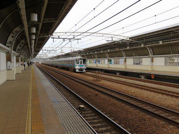 複々線区間の途中にある喜多見駅。梅ヶ丘~登戸間は全て内側が急行線、外側が緩行線になっている。