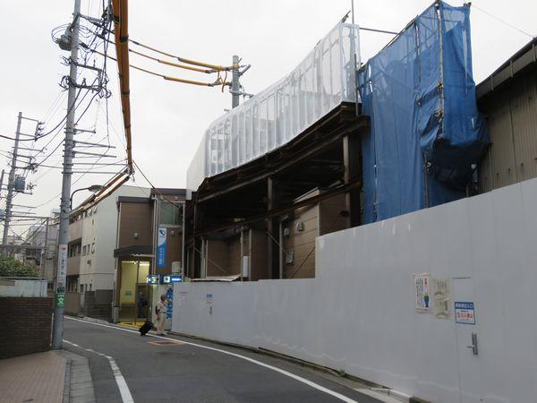 ホーム中央に新設された仮設北口駅舎