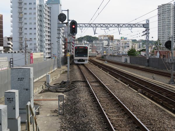 登戸駅下り線ホームの小田原寄り。将来1番線を合流させることを想定した高架橋・軌道構造になっている。