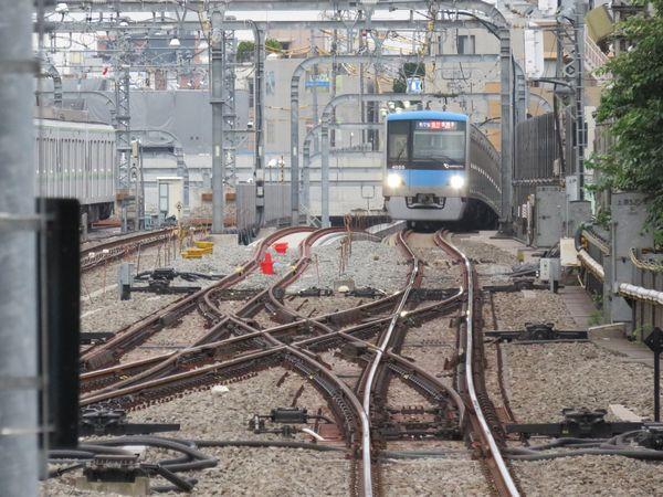 代々木上原駅1番線ホームから小田原方面をみる。停車中の列車の左側にあるのが緩行線で、手前の使用中の線路と接続された。