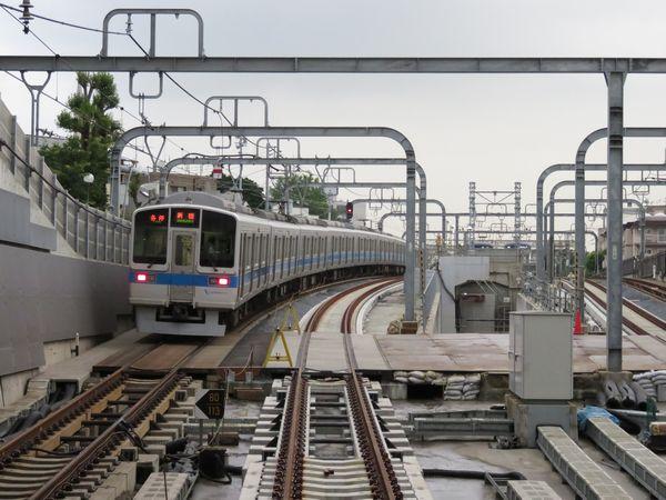 東北沢駅ホーム端から新宿方面を見る。こちらも緩行線の軌道敷設は完了している。