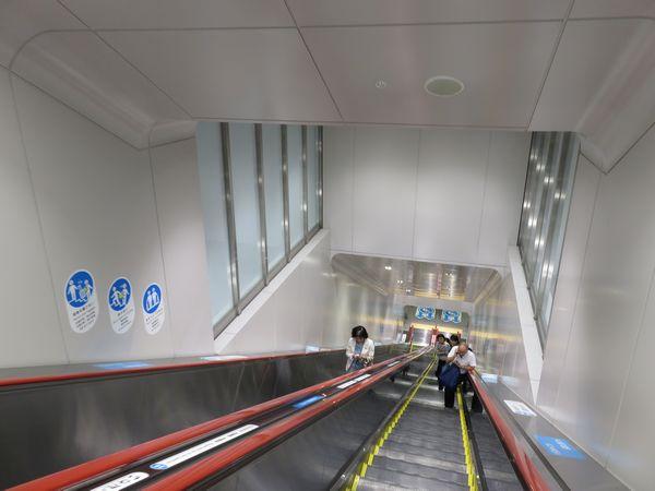 5月21日より使用が開始された下北沢駅地上~B3F急行線ホーム直通エスカレータ。曇りガラスの部分はB2Fの緩行線ホーム階。