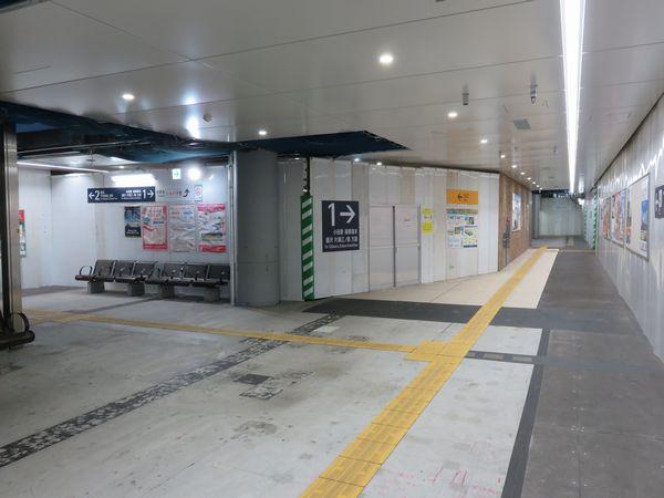 世田谷代田駅地下2階のコンコースは緩行線ホームへの転用に向けて内装工事が急速に進んでいる。