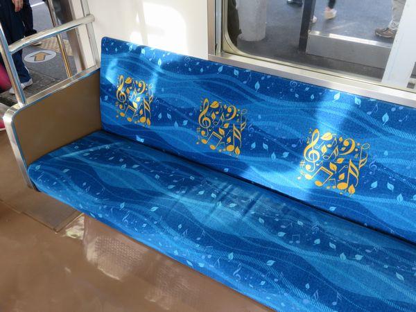 張り替えられた座席モケット。音楽と海をイメージしたデザインとなっている。