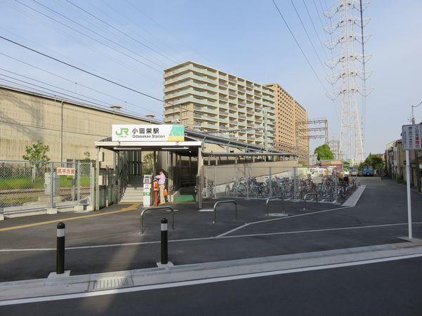 小田栄駅尻手方面行きホーム入口。右側の駐輪場も今回の新駅開業に合わせて新設されたもの。
