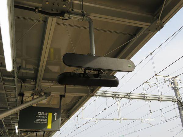 スピーカーは周辺への騒音防止のため狭指向性タイプを採用。