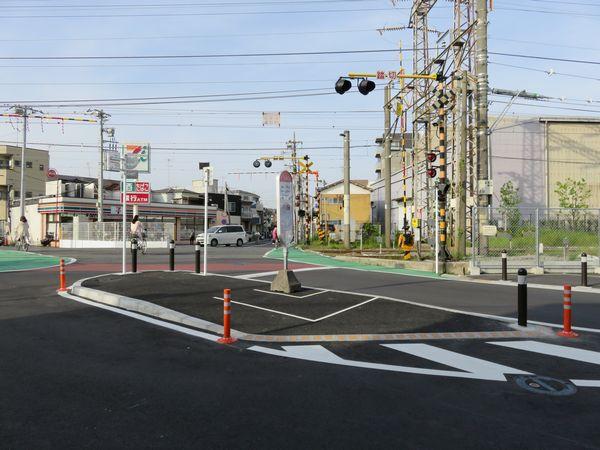 新駅開業に合わせて、踏切周りもカラー舗装化されるなど改修された。