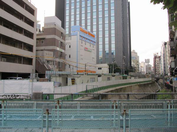 並木橋から渋谷方面を見る。高架橋はすべて解体され、渋谷駅再開発の工事事務所が置かれている。