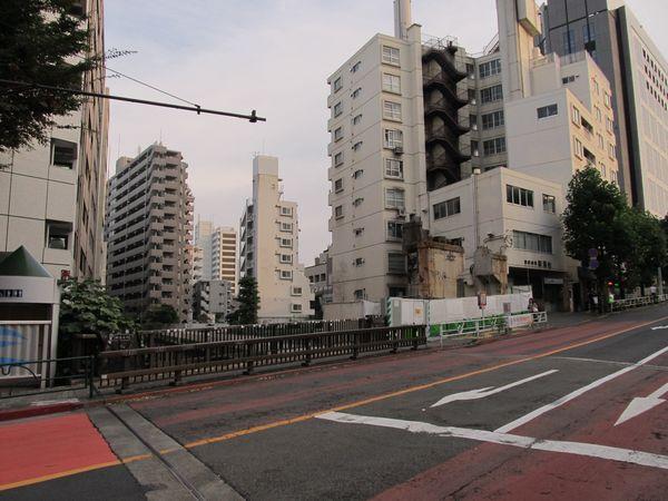 同じ場所から代官山駅方面を見る。高架橋の残骸は2016年7月現在も撤去されていない。
