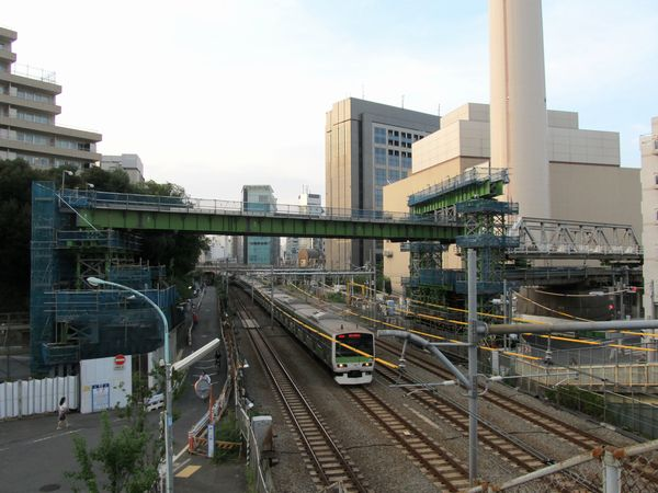JR線交差部分の工事桁と渋谷方に引き出されたトラス桁の様子。