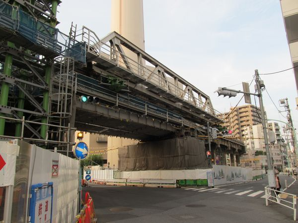 渋谷方の高架橋上に引き出されたトラス桁。