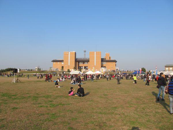 庄和排水機場・調圧水槽の地上部分は芝生広場になっている。