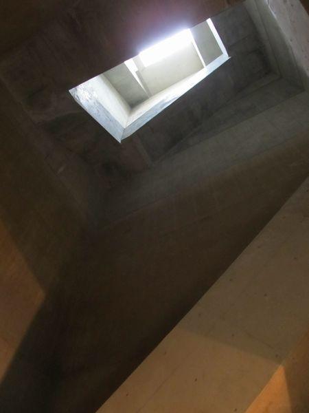 階段を下から見たところ。四角い縦穴の周囲にらせん階段が張り巡らされている。