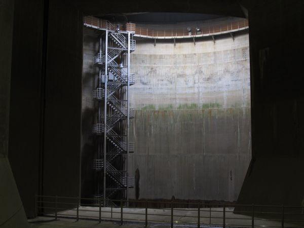調圧水槽の流入側(第1立坑)。中川などから取り込んだ水はこの縦穴から調圧水槽に入る。