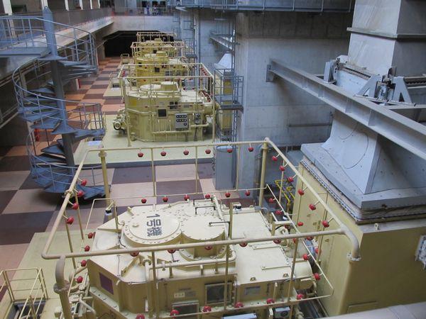 龍Q館地下1階のポンプ駆動用ガスタービンエンジンと減速機。