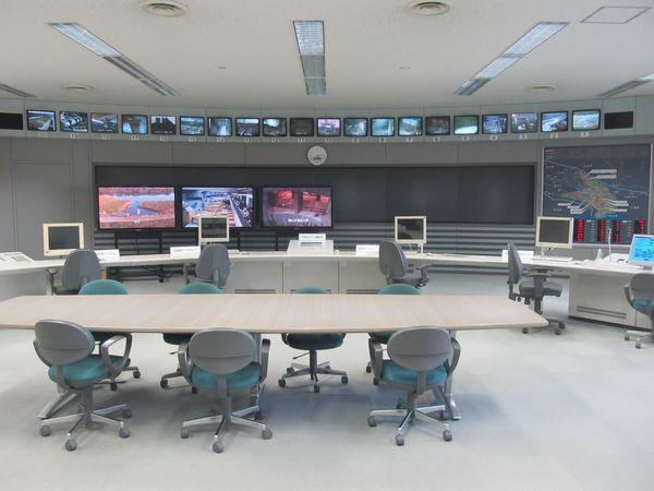 龍Q館2階の展示室からは放水路の監視を行う制御室を見ることができる。
