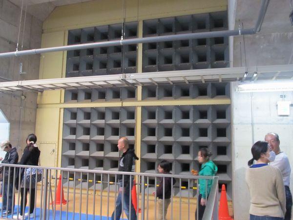 地下1階の排気口にはポンプ動作中の騒音が外に漏れないよう巨大な消音器が設置されている。