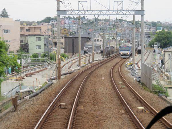 鶴ヶ峰~西谷間の上り列車前面展望。現在線の両側に新しい本線の軌道敷設が始まった。