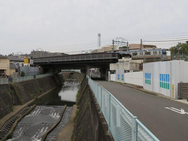 帷子川との交差部分。現在線両側に鋼製の橋桁が新設された。