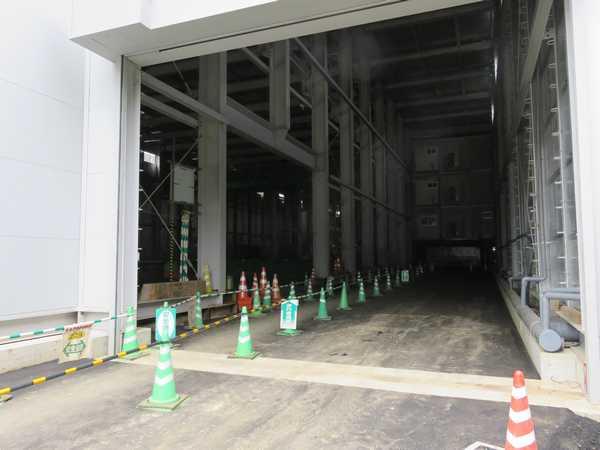 建物は環状2号線に近接しているため、シャッターが開いている場合道路上から内部が見える。