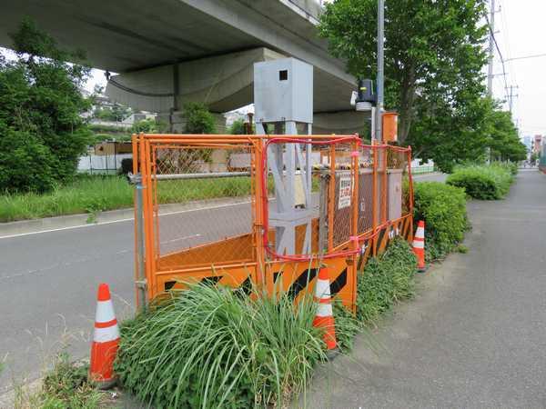 環状2号線三枚町バス停付近に設置されている観測機器。