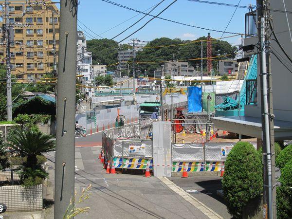 鶴見川堤防から見た新綱島駅の予定地。奥が日吉方面。