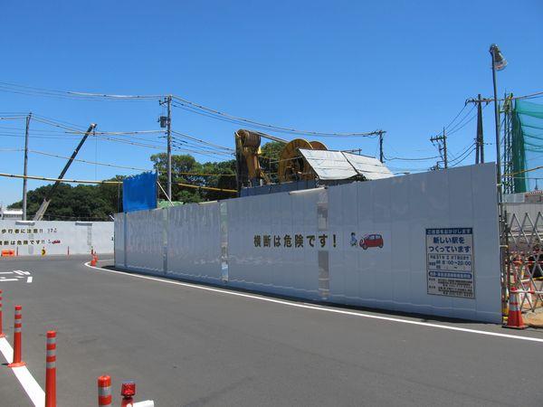 堤防正面の道路に降りたところ。中央の柵の裏側にCSM工法の掘削機が置かれている。