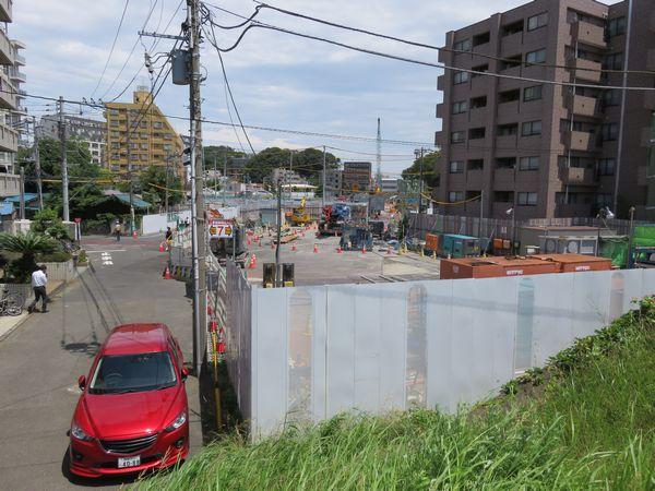 1年前と同じ鶴見川の堤防から新綱島駅の予定地を見る。右手前にあったマンションは取り壊された。
