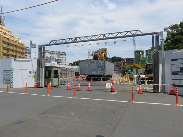 工事車両用ゲートから内部を見る。CSM工法の掘削機が置かれており引き続き土留め壁の工事が行われている。