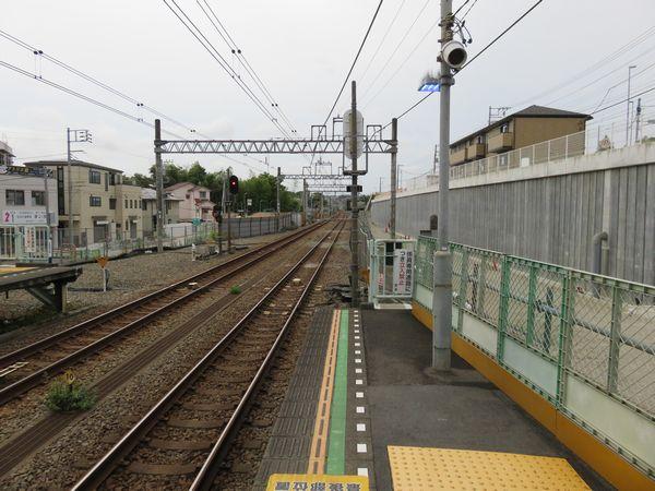 西谷駅ホーム端から二俣川方面を見る。右側は斜面が垂直に削られ、新しい本線の敷設スペースが作られた。