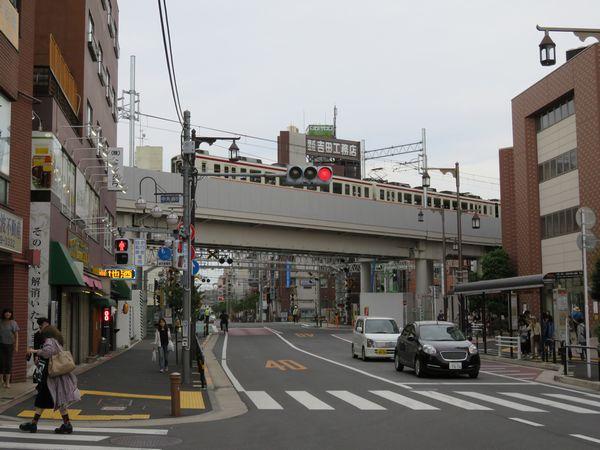 2005年に事故があった踏切の上を通過する東武6050系電車
