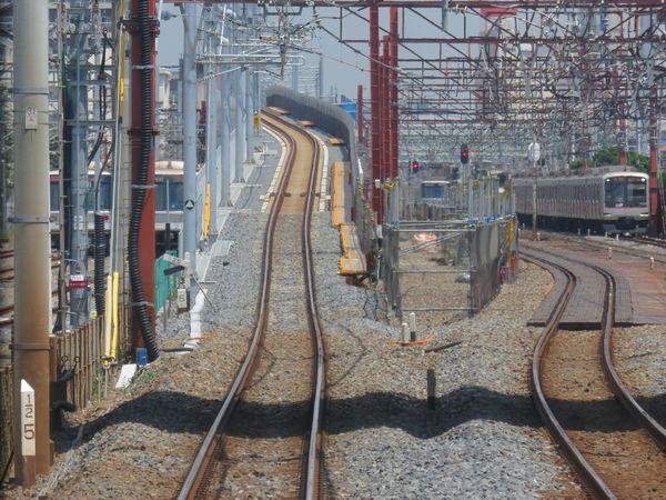 同じ場所を下り急行列車から見たところ。切り替えから2カ月が経過し、右側の旧線は撤去されている。