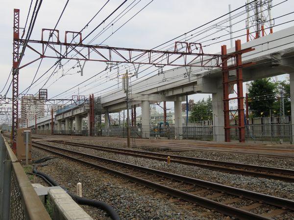 上り線側から下り急行線の高架橋を見る。鋼製橋脚になっている部分は将来日比谷線の入出庫線が交差する。