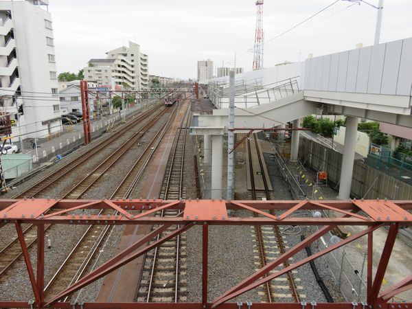 現行の日比谷線入出庫線交差部分。下り急行線はほかの線路と高架橋が離れるため、橋脚の形状が独特。