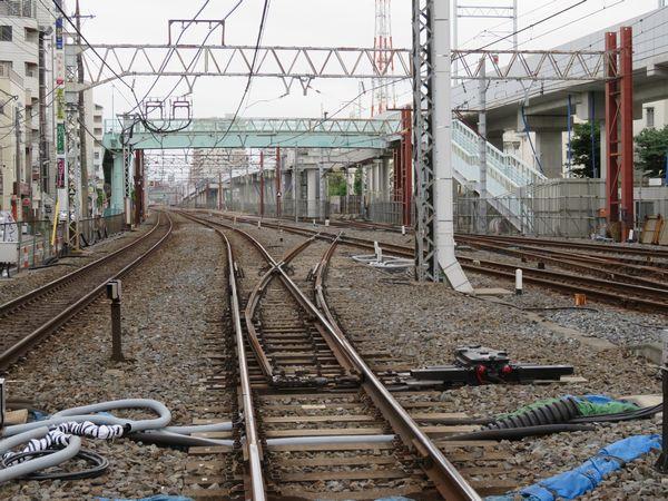 上り緩行線に直接出入りできる入出庫線を建設中。