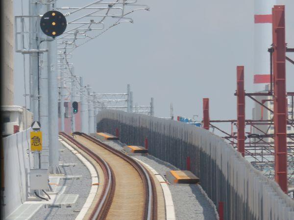 下り急行列車の前面展望。高架の下り急行線は用地の関係により地上時代より西側へずれている。