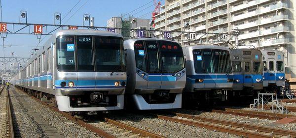 東京メトロ東西線の歴代車両。左から07系、05系後期車(05N系)、05系初期車、5000系スキンステンレス車、5000系アルミ車。