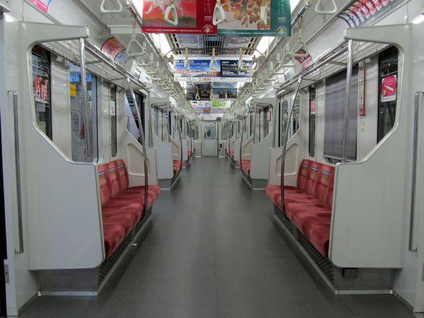 東西線B修車の車内。15000系に似た配色となり、各座席の袖仕切りが大型化された。