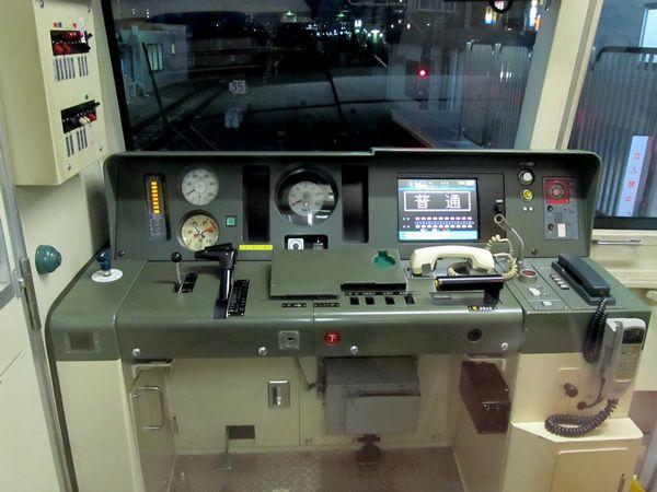 東西線B修車の運転台。15000系と同様の左手ワンハンドルマスコンである。