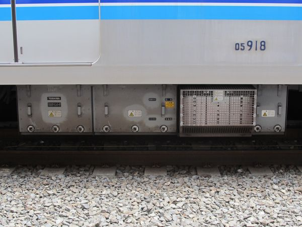 PMSM化により載せ替えられたVVVFインバータ装置。千代田線16000系と同等品。