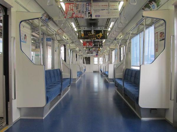 北綾瀬支線05系の車内。16000系と同様の配色になっている。
