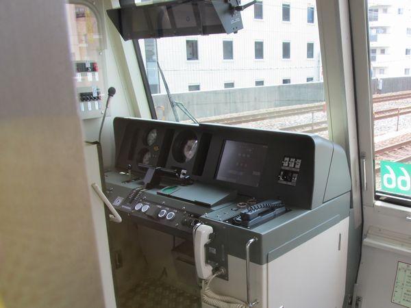 北綾瀬支線05系の運転台。15000系の運転台をベースにワンマン運転機器が追加されている。