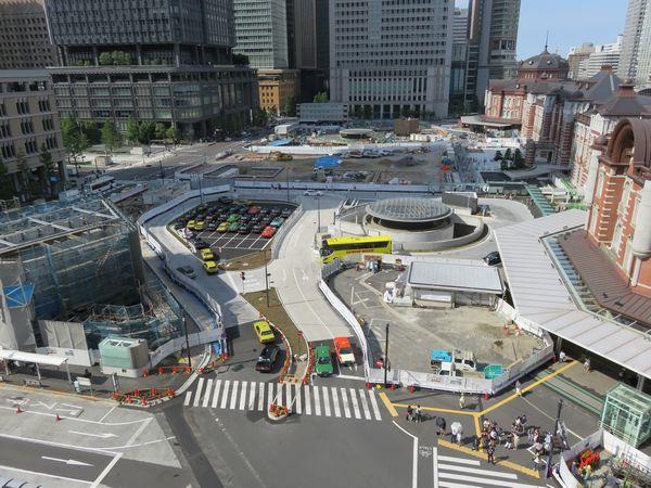 南半分が完成した東京駅丸の内駅前広場