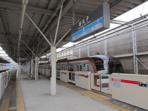 ホームドアが新設された新丸子駅を通過する東京メトロ10000系