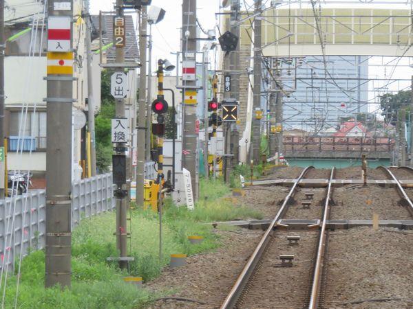 入換信号機は駅間にも設置されている。