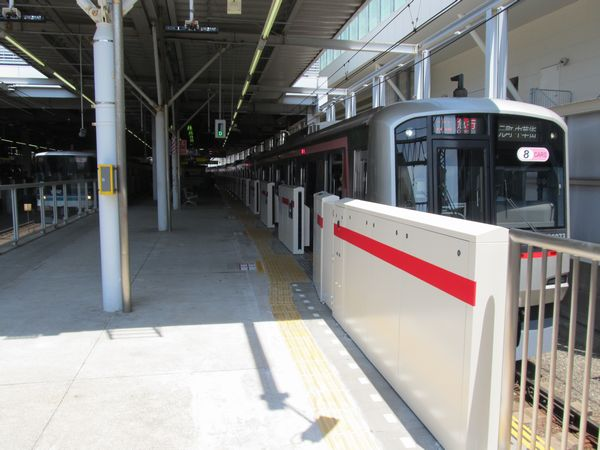 ホームドアが設置された武蔵小杉駅。