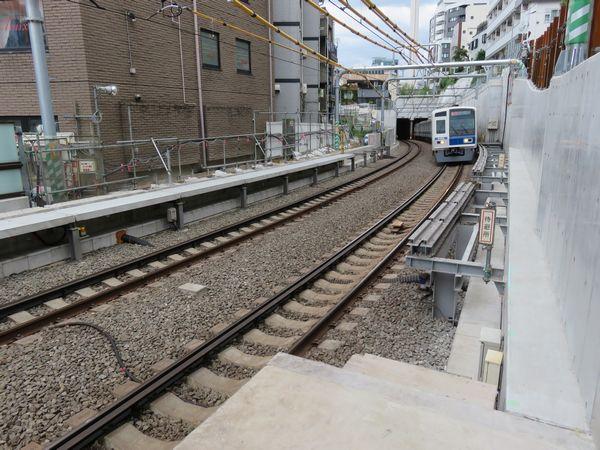 優等列車対応通路の拡幅が進む代官山駅。